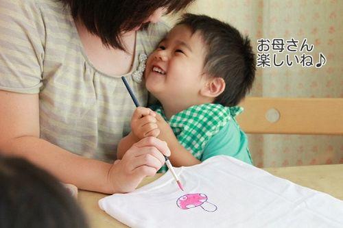 子供とお母さんの手描きTシャツ作成風景