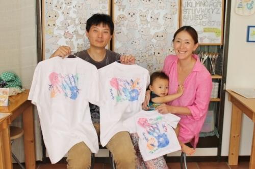 家族みんなの手形が入ったTシャツ