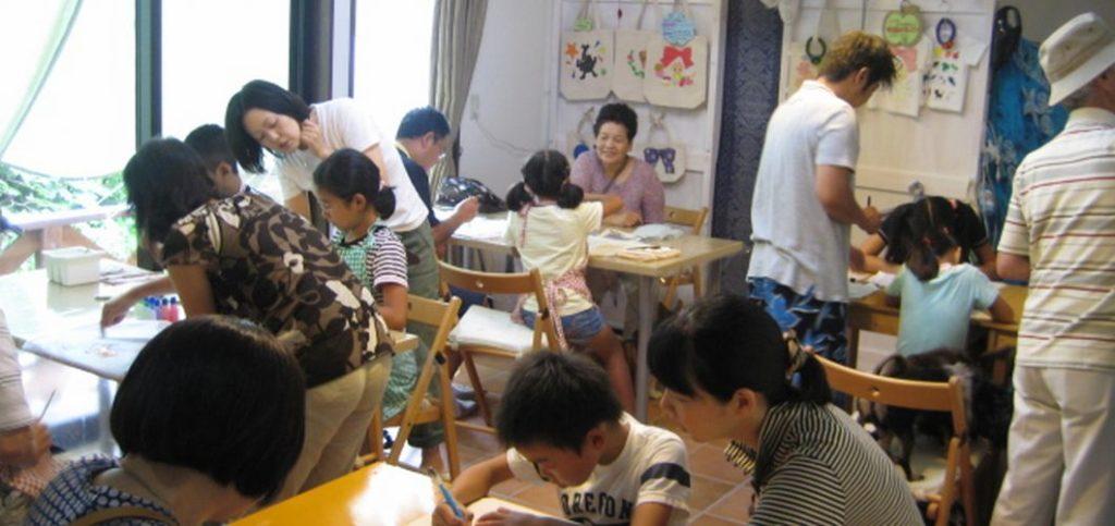 みんなでワイワイ、屋内での手描きTシャツ体験風景