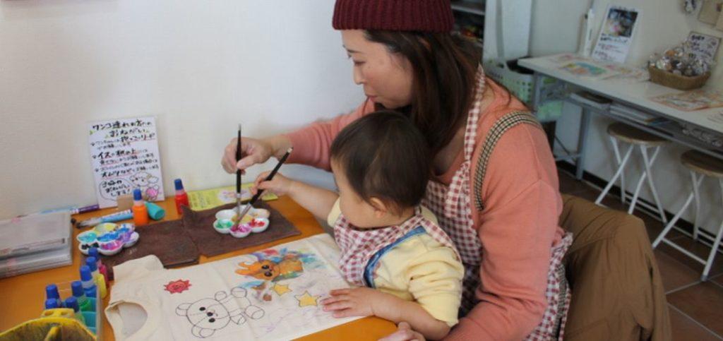 1歳児、ママと一緒に楽しく色塗り