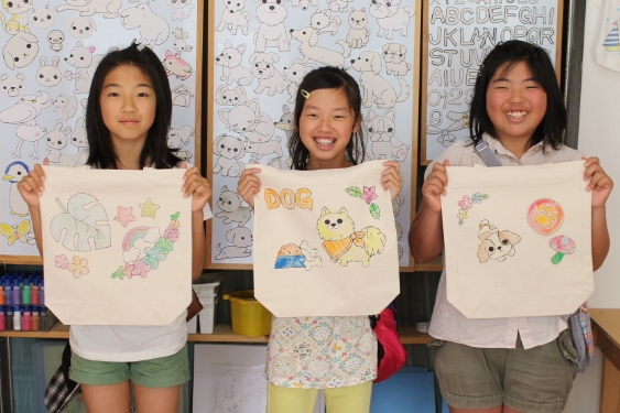 子どもたちが仲良く作った手描きトートバッグ