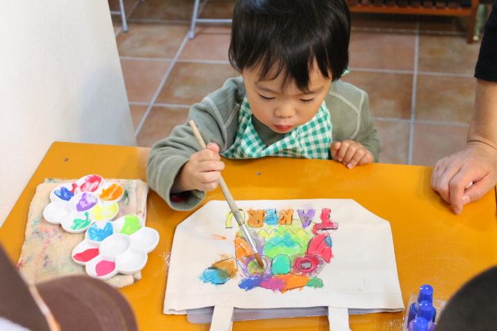 幼児の手描きトートバック作成風景