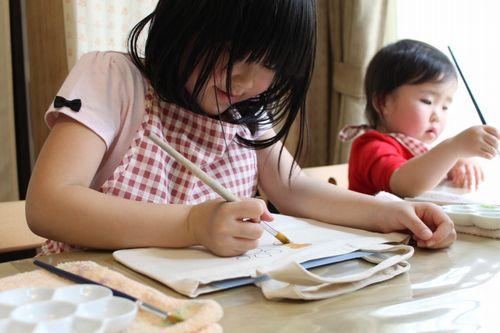 子供たちの手描きトートバック作成風景