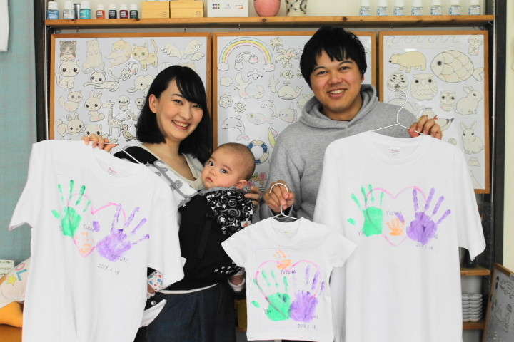 家族全員の手形が入ったお揃い風のTシャツ