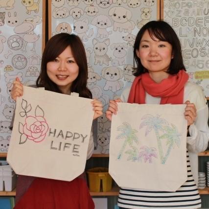 女子二人組みで作った手描きトートバッグ