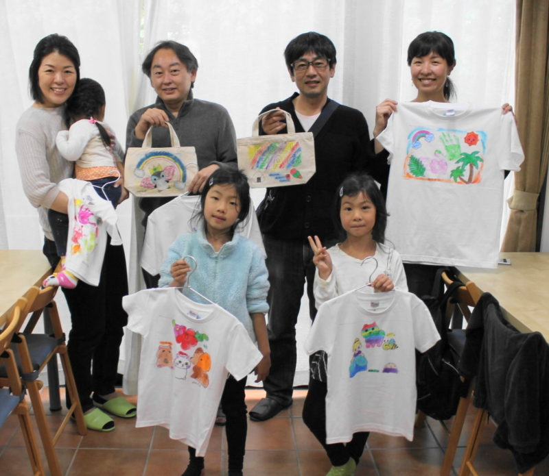 仲良く家族で作った手描きTシャツと手描きトートバッグ