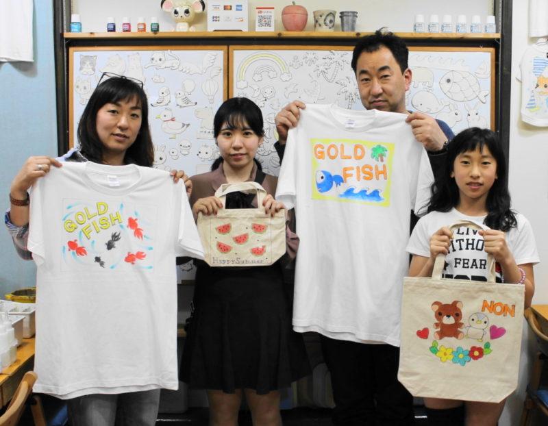 家族の手描きTシャツと手描きトートバッグ