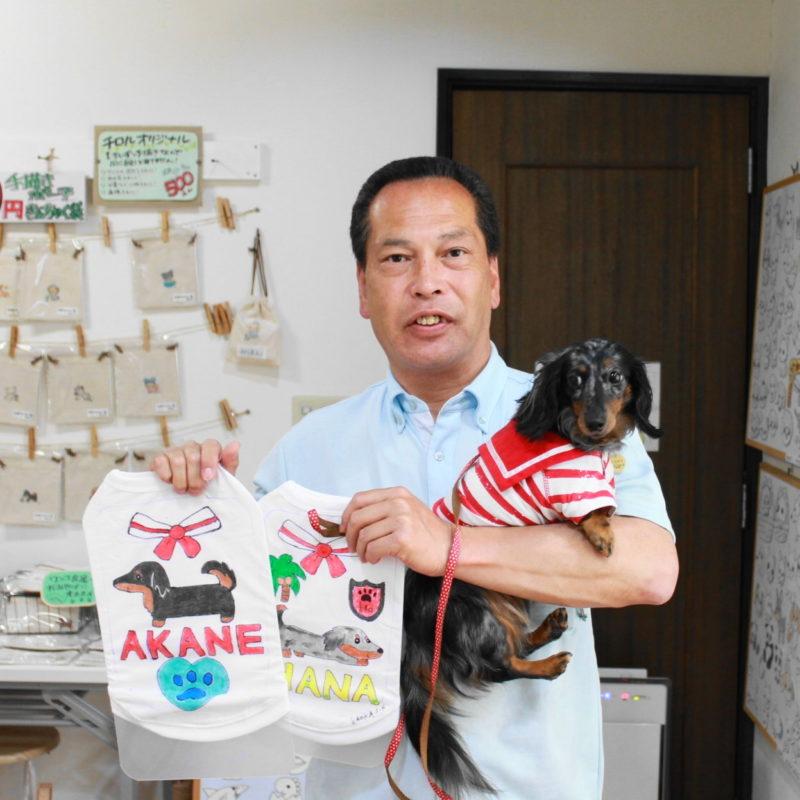夫婦で作られたミニチュアダックスフンド・AKANEちゃんとHANAちゃんの手描きワンコTシャツ