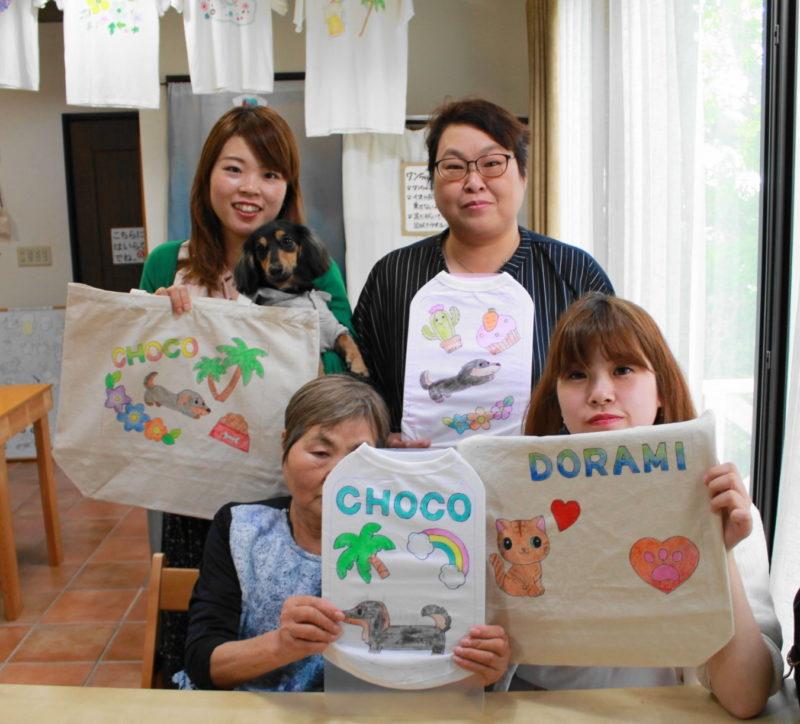 家族で作ったミニチュアダックスフンドの手描きワンコTシャツと手描きトートバッグ