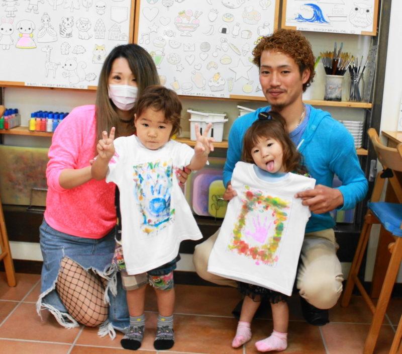 親子で作った手形とカラフルに色付けした手描きTシャツ