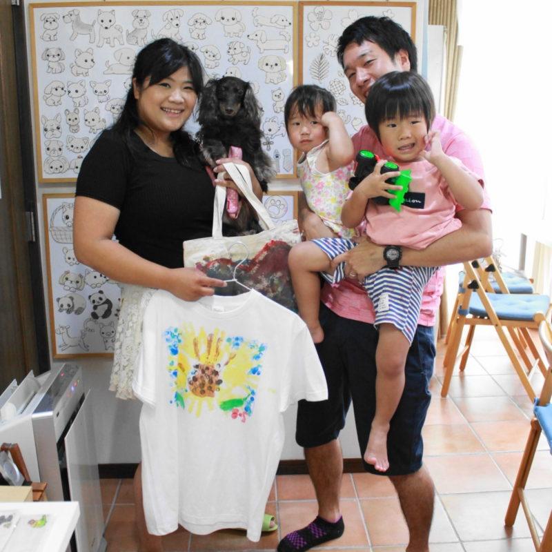 家族の手形でひまわりを作った手描きTシャツ