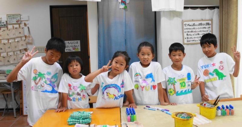 子供たちが作った手描きTシャツがズラリ!