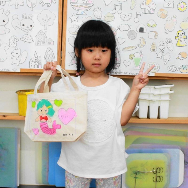 幼児の人魚が主役の手描きトートバッグ