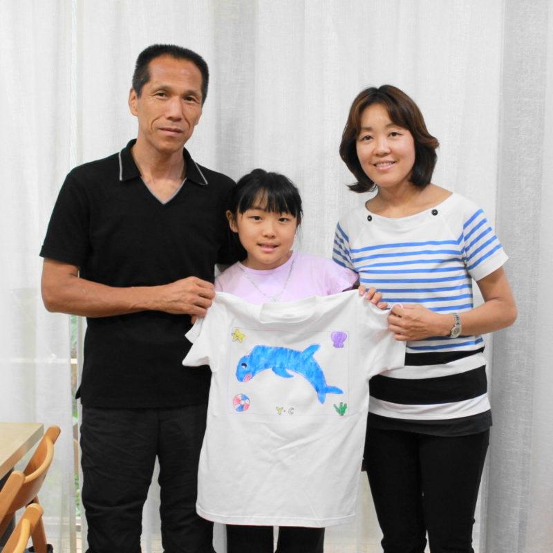 オリジナルのイルカを描いた手描きTシャツ