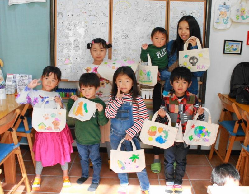 子供たちが作った手描きトートバッグたち
