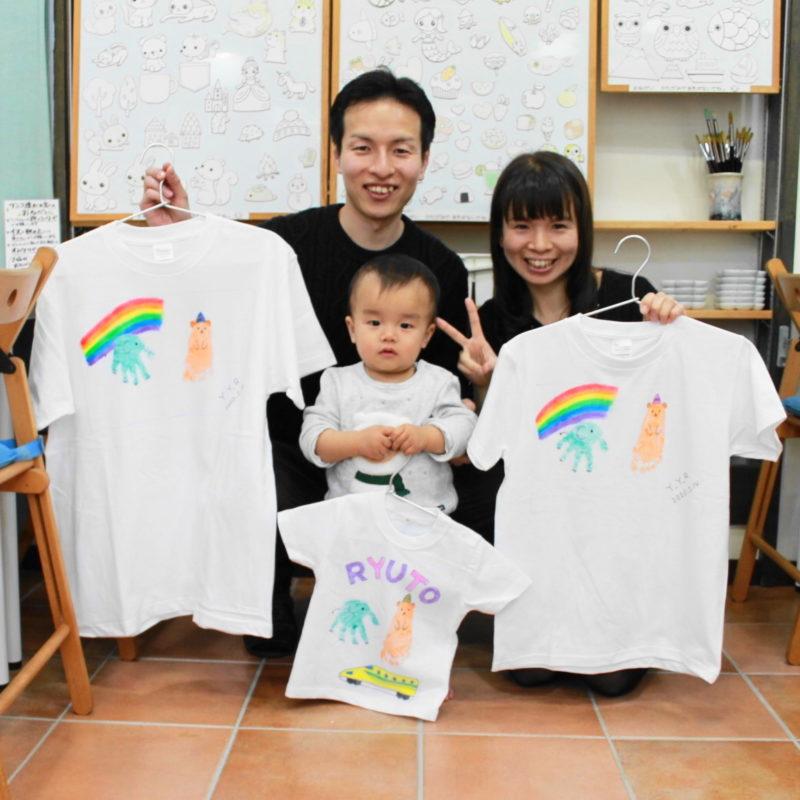 親子で力をあわせて作った手形と足形の手描きTシャツ