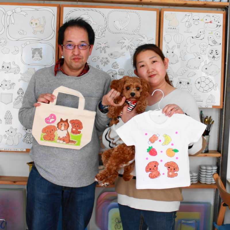 ご夫婦で作られたキャバプーイオリちゃんが主役の手描きTシャツと手描きトートバッグ