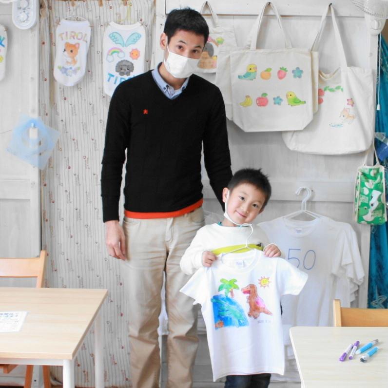 男の子が作った恐竜が主役の手描きTシャツ
