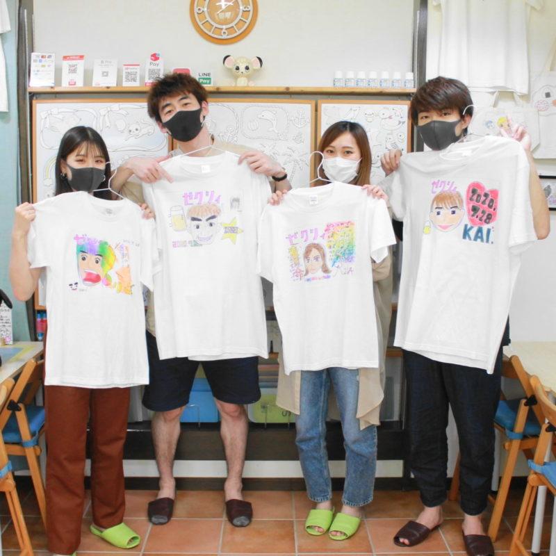 カップル二組の手描きTシャツ