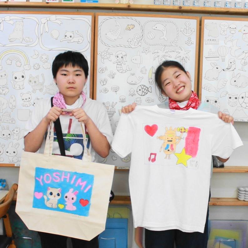 姉妹の手描きTシャツと手描きトートバッグ