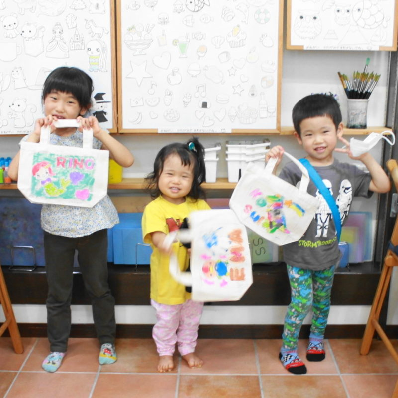 子どもたちの手描きトートバッグ